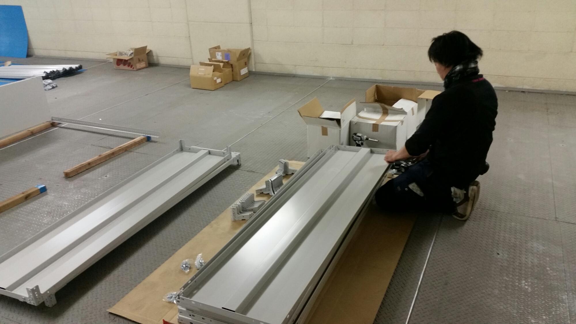 倉庫中軽量ラック搬入施工設置