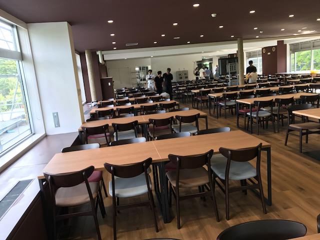 食堂へのテーブル椅子搬入・設置